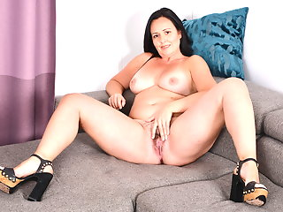 curvy milf brandii needs getting couch